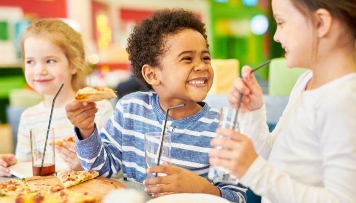 barn som äter mat